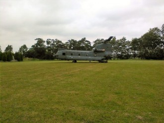 Chinook-transporthelikopter landt in Franeker